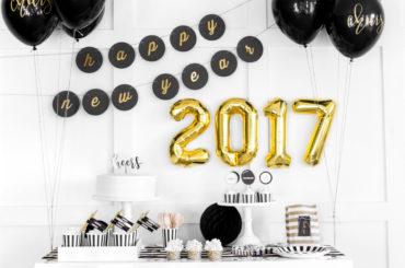 Party di capodanno, lustrini, bollicine e baci in nero e oro