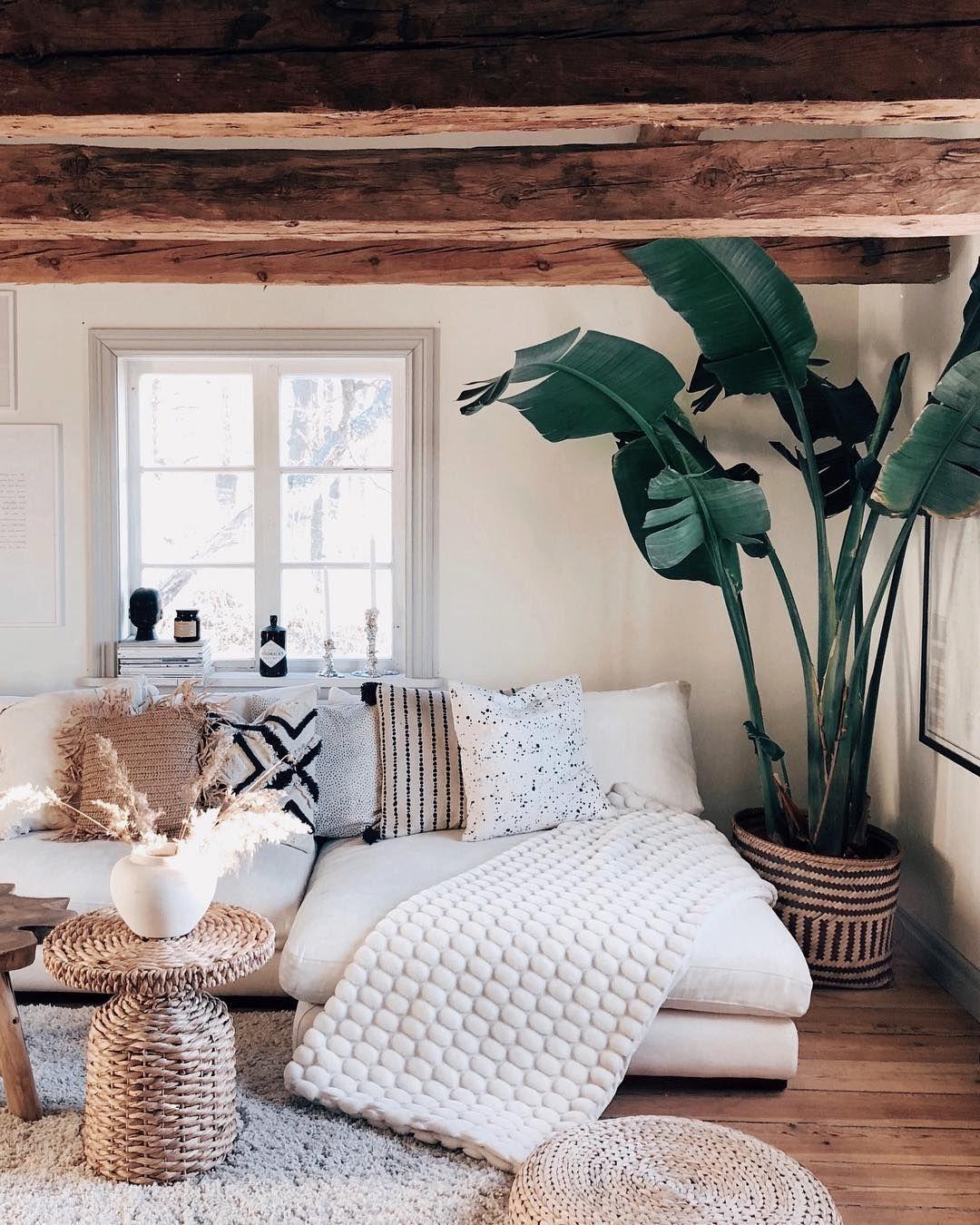 soggiorno in stile rustico con cuscini, tappeti, materiali morbidi, pelosi, beige. 4 top trend dell'home decor nel 2020.